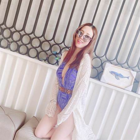 張艾亞深V泳裝辣秀半球 透膚罩衫曬白皙美腿