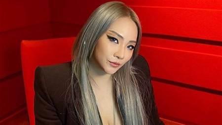 CL「超深U領腿部全開」首舞台造型大秀火辣好身材