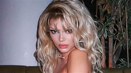 179cm嫩模化身復古性感女神 「V領馬甲」催投票