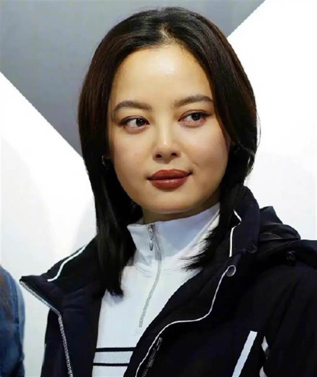 辛芷蕾近日出席活動照瘋傳。(取自微博)