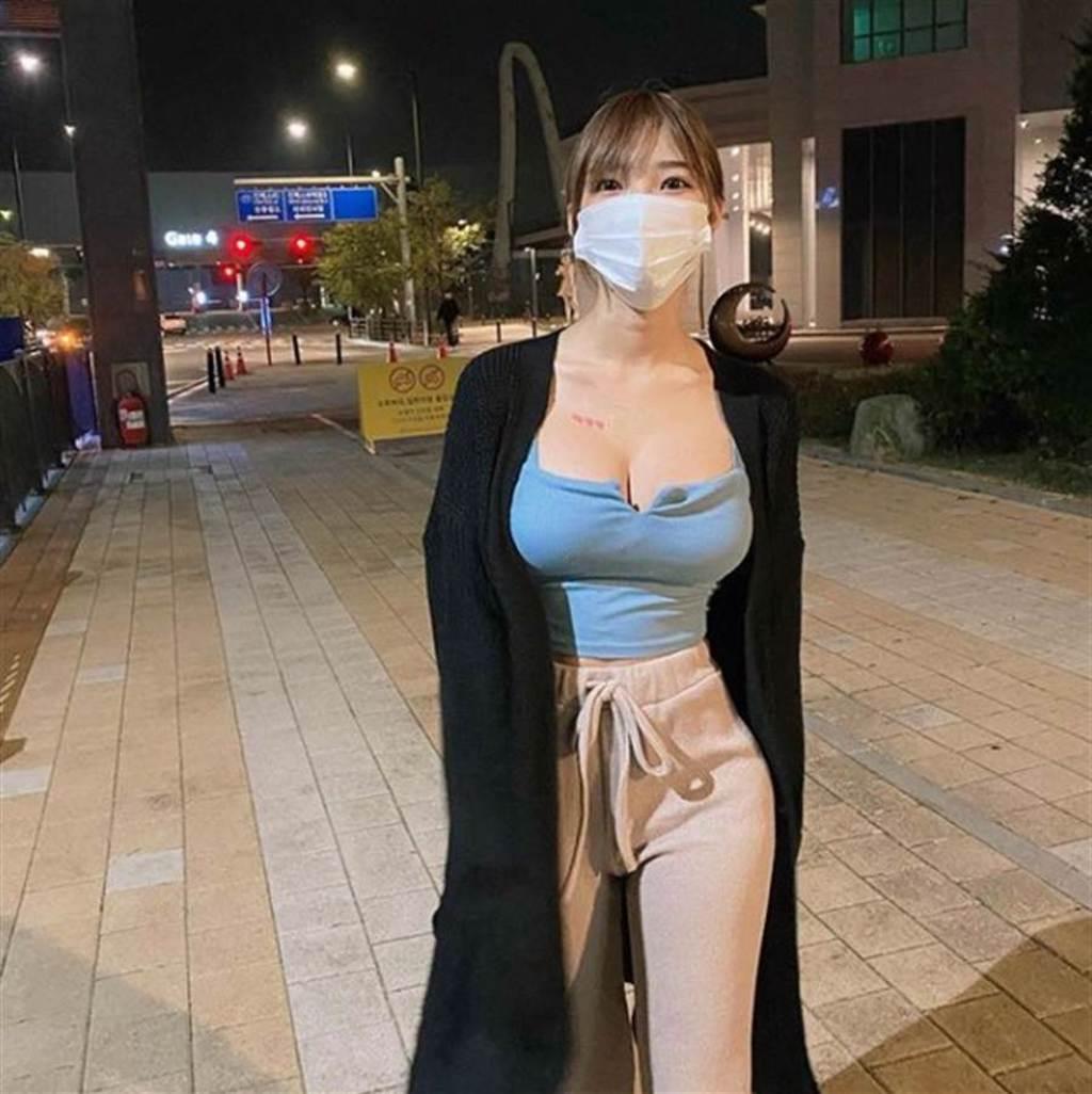Mina戴著口罩,好身材依舊成為萬人焦點。(圖/IG@ wmookies)