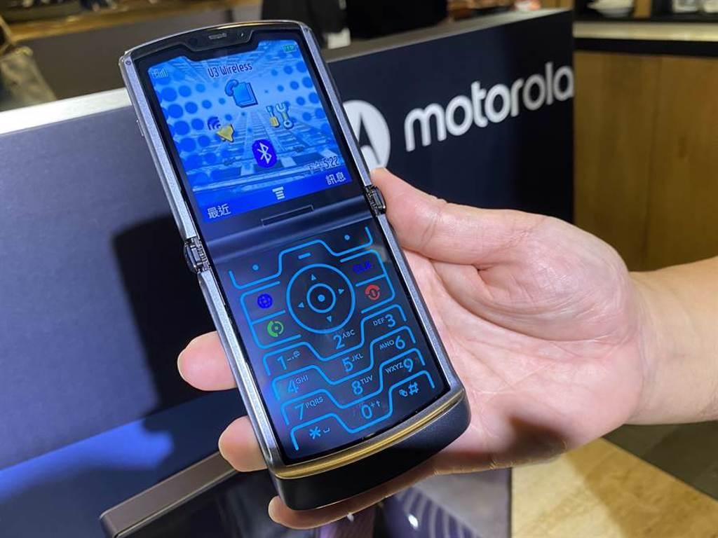 Motorola razr 5G外型復刻V3,也內建了經典的桌面,勾起滿滿情懷。(黃慧雯攝)