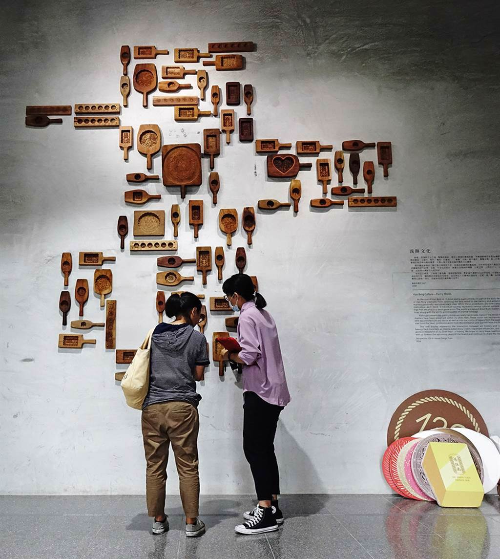 館內收藏舊振南歷年所使用的木製餅模,每個餅模都刻畫著漢餅文化的故事。(攝影/曾信耀)