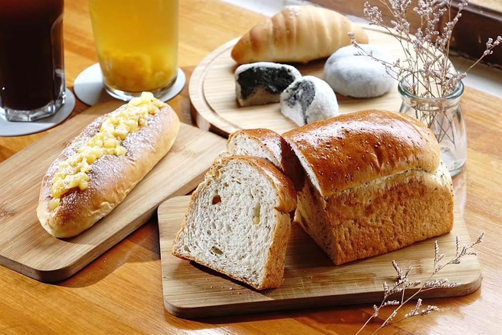 採用大樹小農所種植土生土長的鳳梨,維也納鳳梨麵包與鳳梨吐司超熱賣。(攝影/曾信耀)