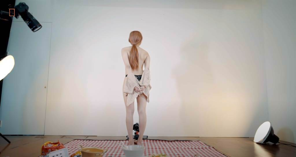 女主播最後脫下針織外套。(圖/YT@ Realgraphic)