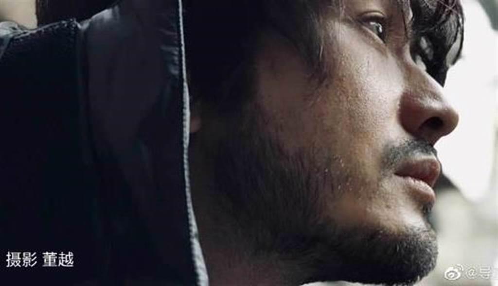 黃曉明為新戲蓄鬍減重。(圖/翻攝自董越微博)