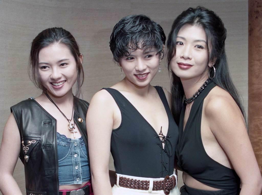 香港三級片是不少5、6、7年級生過去的回憶,照片為1993年電影「赤裸的誘惑」,(左起)李麗珍、羅慧娟、吳家麗。(圖/中時資料照片)