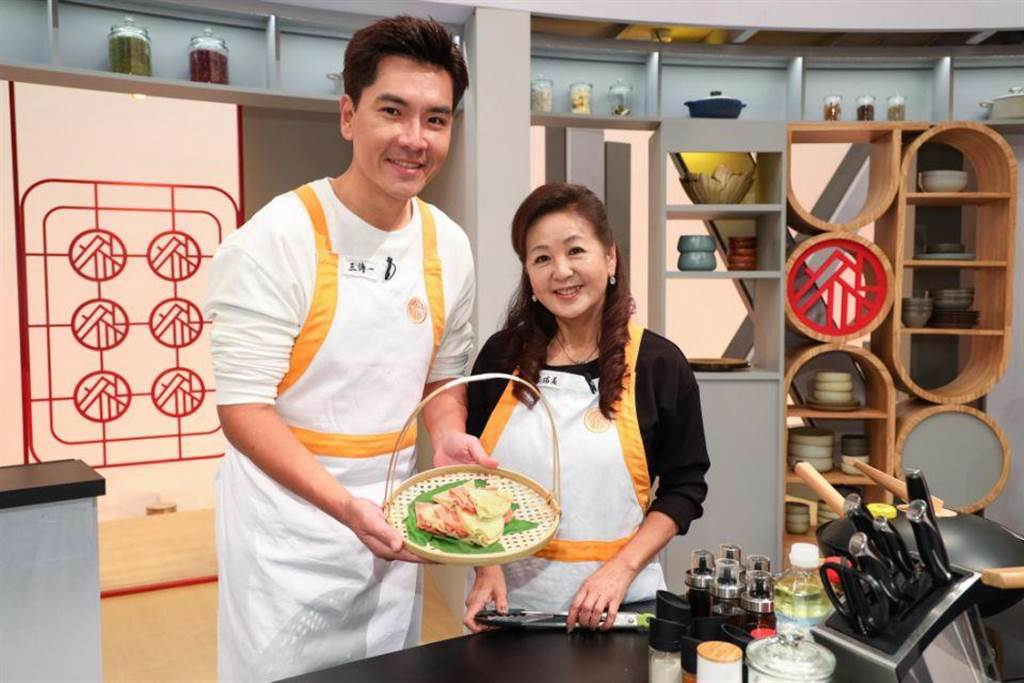 王傳一(左)與岳母李瑞美上《鴻門家宴》展現好廚藝。(衛視中文台提供)