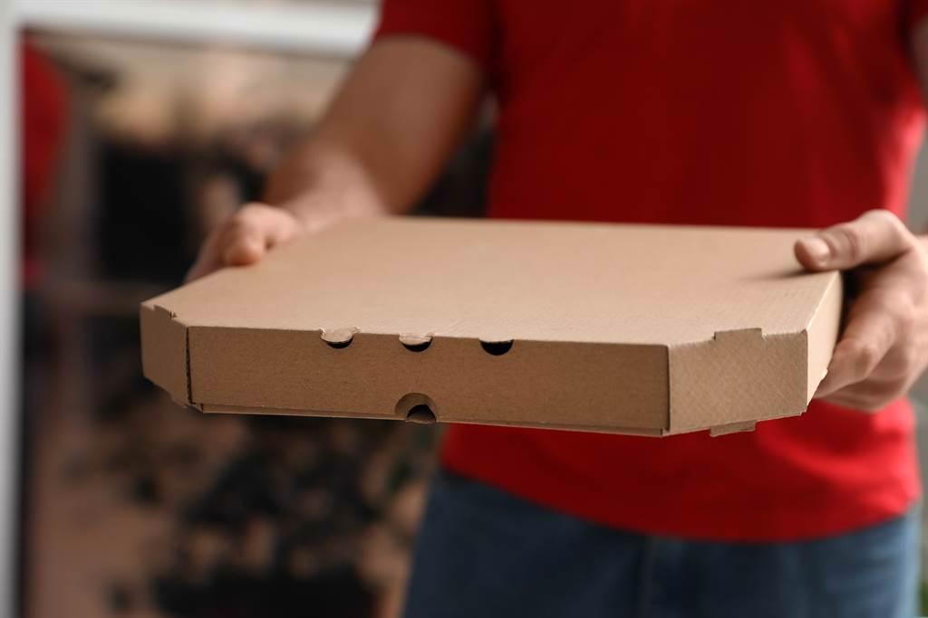 俄羅斯一名外送員到馬戲團辦公室送披薩,沒想到出來應門領餐的竟是黑猩猩。(示意圖/達志影像)