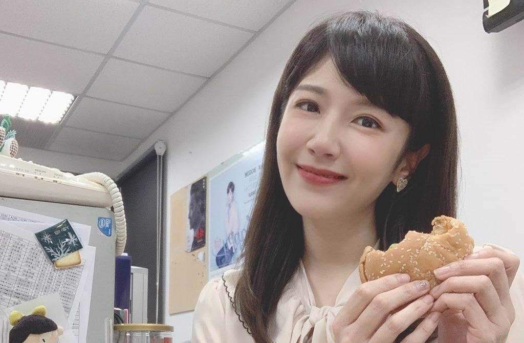 中天美女主播鄭亦真因邊吃漢堡邊播報人氣大漲,(圖/翻攝自鄭亦真臉書)