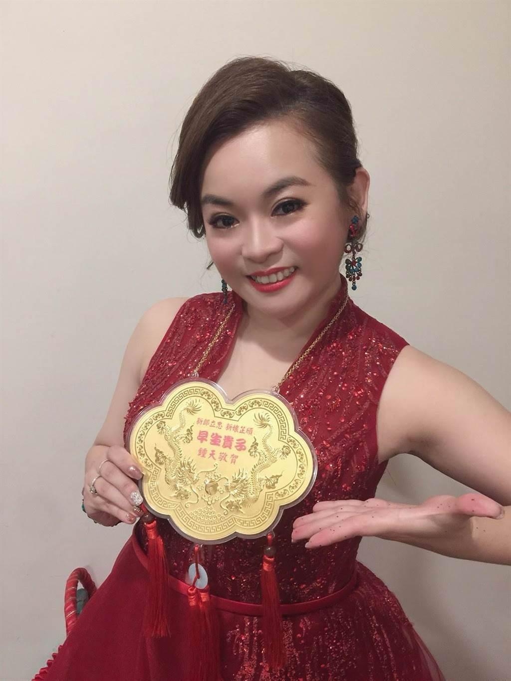 徐紫淇結婚喜獲好友送的金牌。(萬鴻提供)