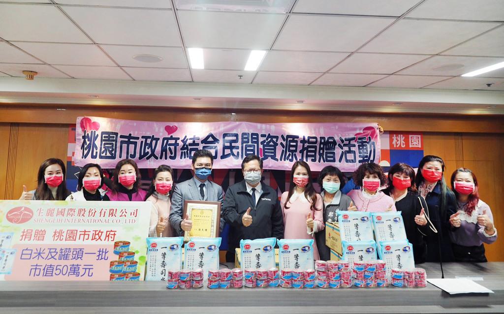 鄭文燦市長親頒感謝狀予生麗國際,嘉勉其捐贈安家實物銀行50萬。(生麗國際提供)