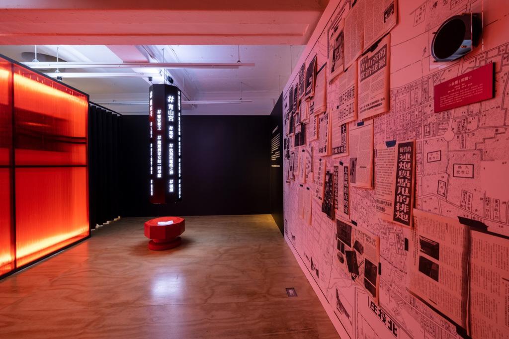 除了龍柱上簡單易懂的hashtag,也可以特別注意1970年代以全英文特別介紹艋舺的《Echo Magazine》。策展團隊在過程中找到這份難得的報導,取得授權與大家分享!(Photo Credit:忠泰建築文化藝術基金會)