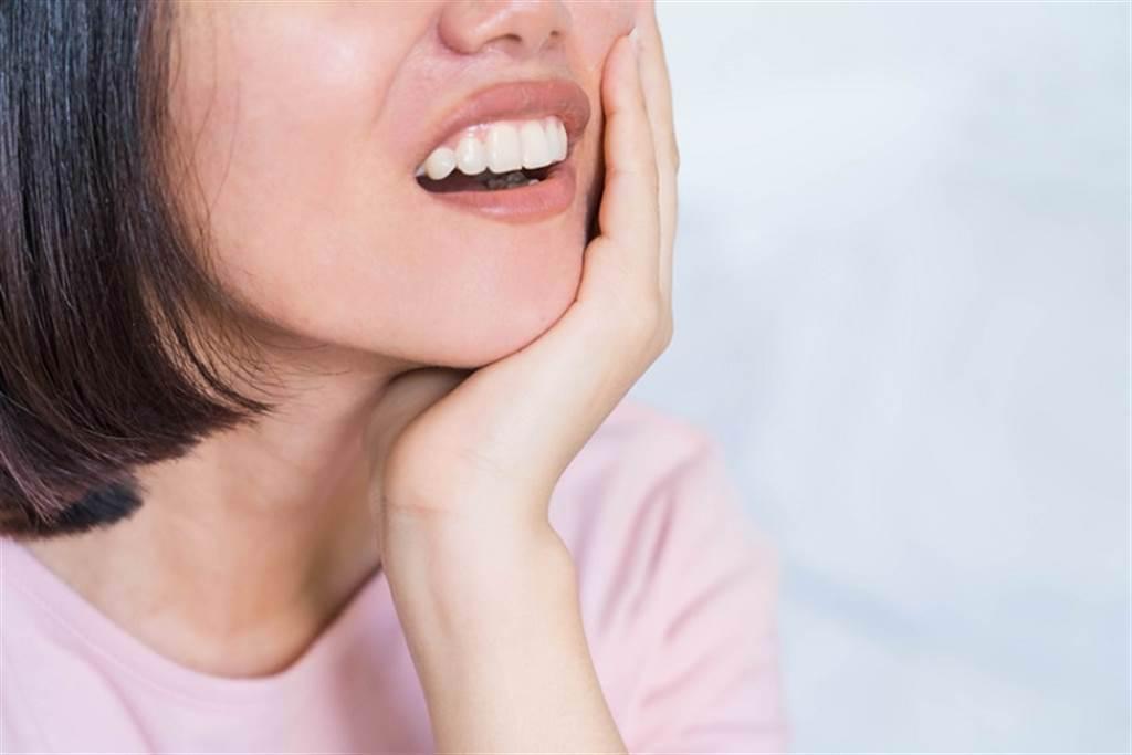 牙周病不一定會痛? 牙齦發炎要小心!醫列「9典型症狀」別當耳邊風。(示意圖/常春月刊提供)