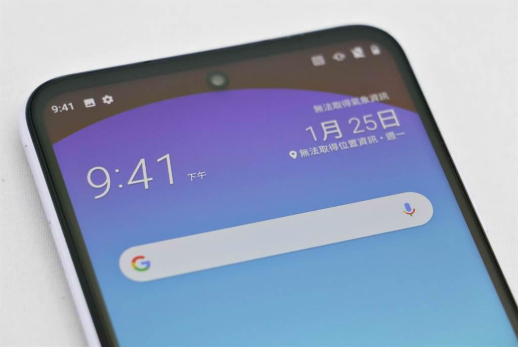 HTC Desire 21 Pro正面採用打孔螢幕的設計。(黃慧雯攝)