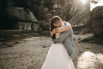 前男友現身婚禮 新娘苦求最後一抱 老公表情亮了