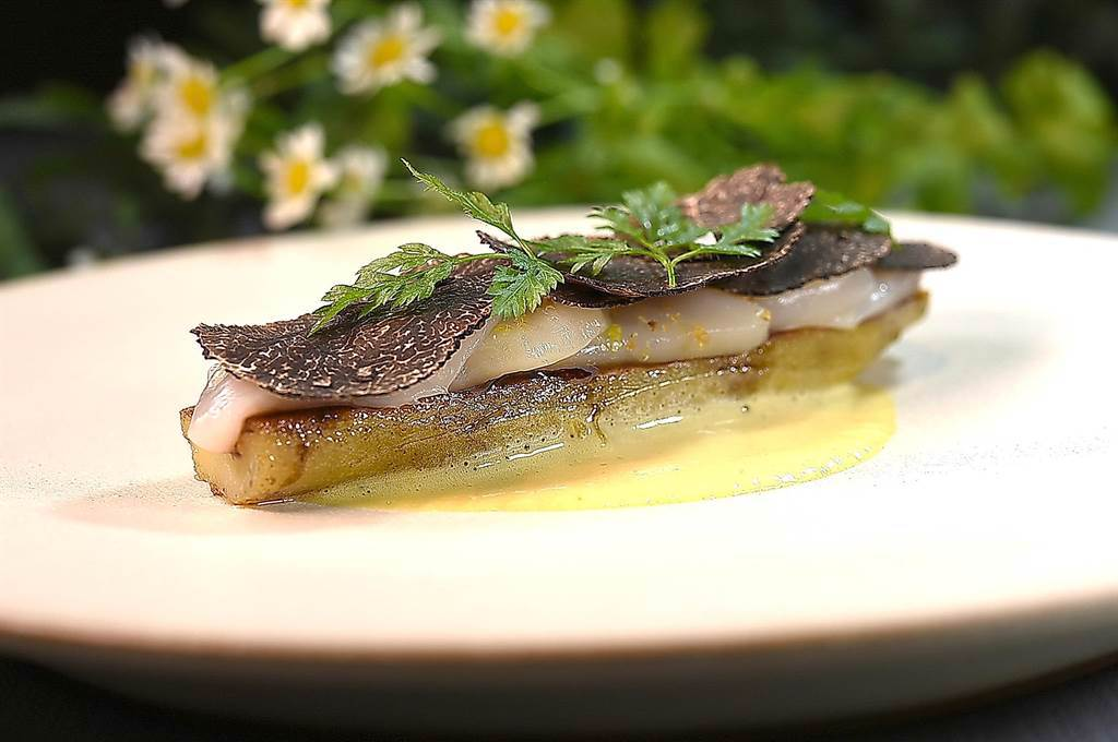 〈holt〉餐廳主廚Jeffrey Downs演繹的〈地瓜.干貝〉,由底層往上是沙巴雍、用蘑菇濃湯提味的地瓜、榛果油提味的干貝,以及南法的黑松露片。(圖/姚舜)