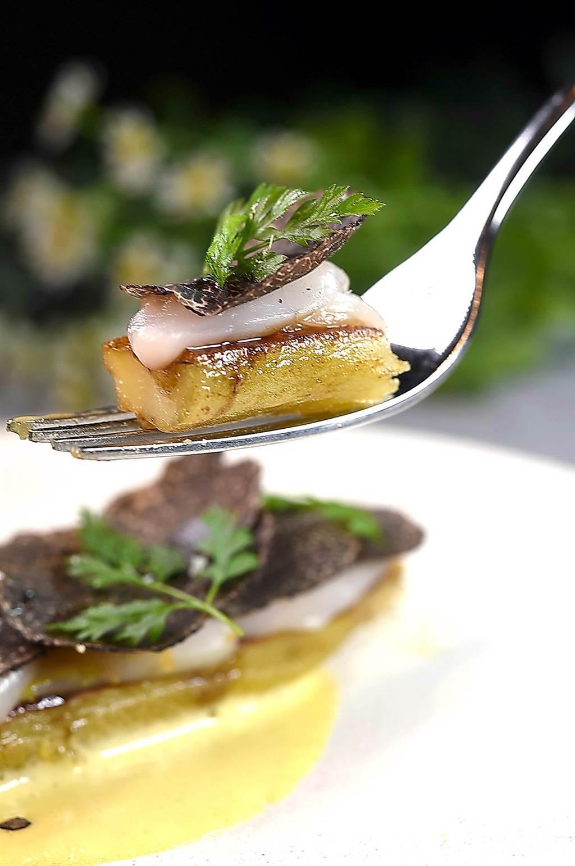 品嘗〈地瓜.干貝〉時,建議可以連沙巴雍、地瓜、干貝與現刨黑松露一起入口,感受多元風味與口感層次。(圖/姚舜)