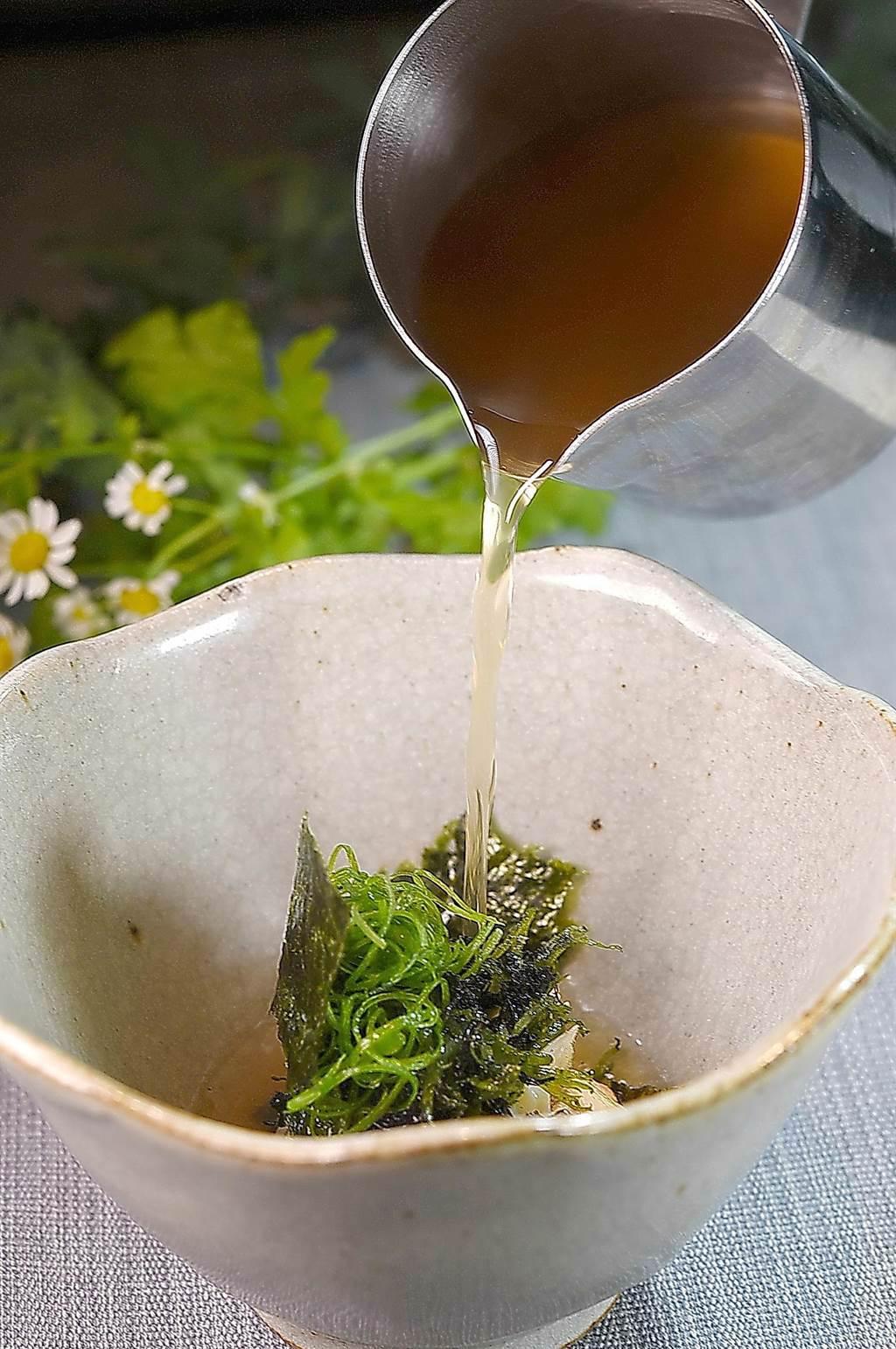 〈holt〉餐廳主廚Jeffrey Downs演繹的〈番茄澄清湯.鴨肝.鮑魚〉,湯汁是將番茄打成汁後煮滾再過濾萃取,自然酸甜中帶有微微煙燻風味。(圖/姚舜)
