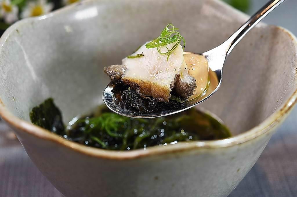 〈holt〉套餐中的〈番茄澄清湯.鴨肝.鮑魚〉,由底層往上是先蒸過再炭烤的鮑魚、鴨肝、風乾番茄、海苔片,以及三星蔥絲,連澄清湯一起入口,風味迷人。(圖/姚舜)