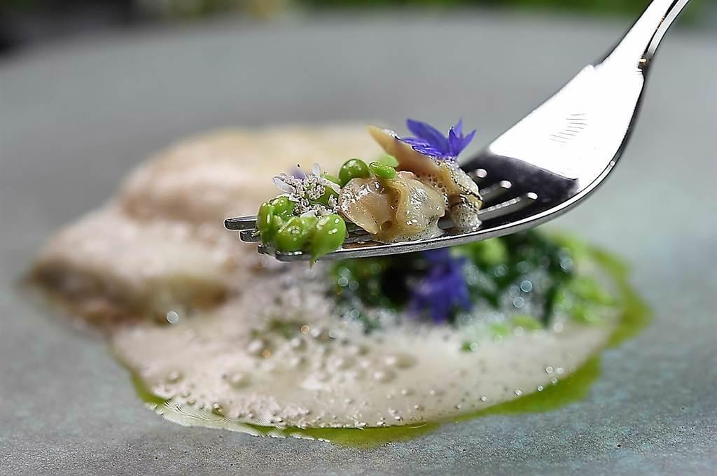 〈holt〉餐廳主廚Jeffrey Downs在烹調料理〈剝皮魚〉時,會搭配蛤蜊、甜豆,並加點綠色的馬鞭草油提味。(圖/姚舜)