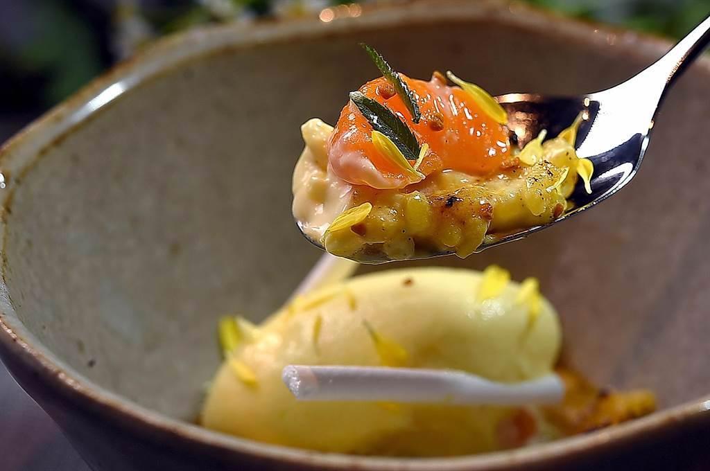 〈holt〉本季套餐甜點〈柑橘.米布丁〉,是以新鮮柑橘、柑橘凝乳、柑橘雪酪,蛋白霜與米布丁一起呈現。(圖/姚舜)