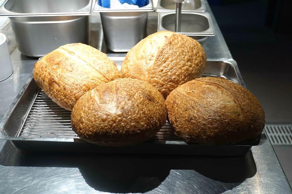 〈holt〉的佐餐麵包與奶油均由廚藝團隊自製,且風味甚佳。(圖/姚舜)