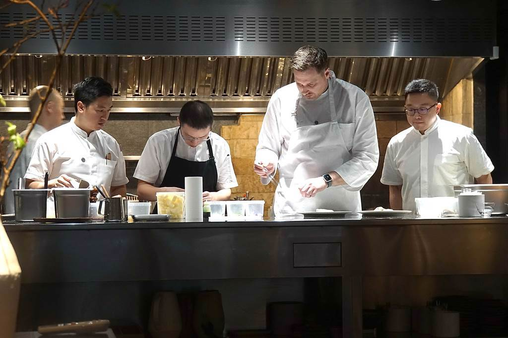 〈holt〉的餐廳有一開放式廚房,客人可以看見主廚Jeffrey Downs與夥伴工作「實況」。(圖/姚舜)