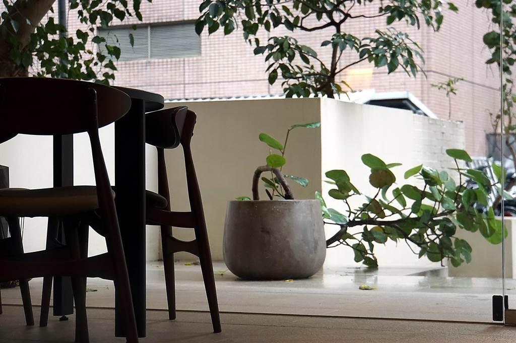 位在台北市民生東路西華飯店後巷的〈holt〉餐廳,是以Fine Dining餐廳定位切入市場,裝潢簡約帶有北歐風。(圖/姚舜)