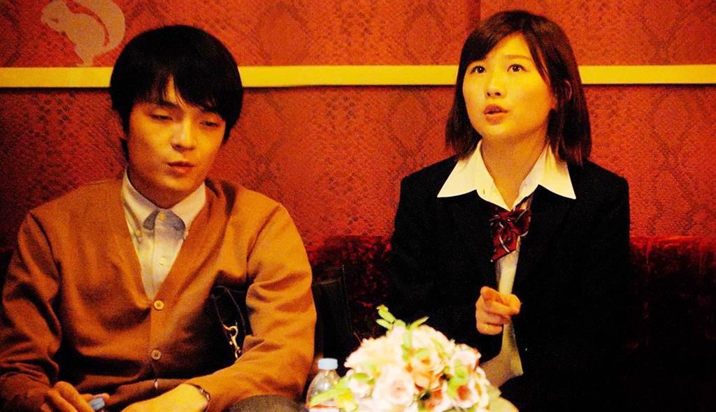 伊藤沙莉(右)演出翹家女高中生,與被妻子戴綠帽的男老師岡山天音一起來到愛情賓館。(天馬行空提供)
