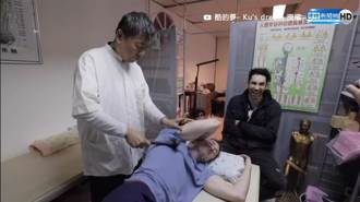老外「台灣刀療」初體驗! 竟按摩到飆罵髒話