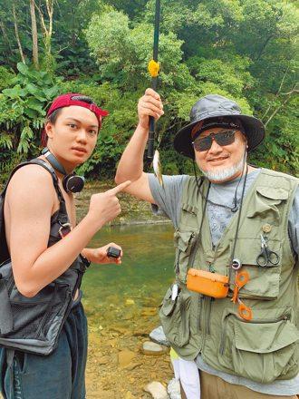 劉子銓陪父母野炊釣魚樂