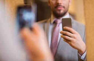 尪開心傳來自拍照 鏡子反射藏亮點 人妻一看秒放生