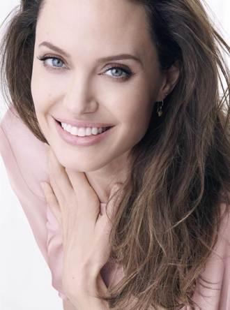 女星安潔莉娜裘莉大展女性魅力 演繹嬌蘭香氛