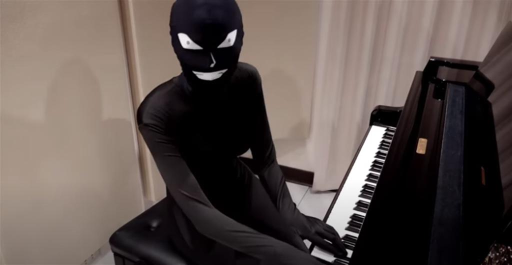 台灣爆乳鋼琴師罕見露臉,結果是扮成「名偵探柯南」裡的兇手。(翻攝自Pan Piano YouTube )