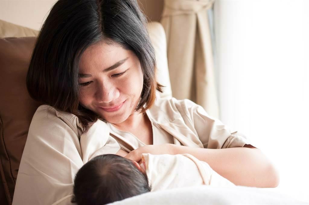 婆婆硬闖房間看她餵母乳,媳婦崩潰喊,她連內診都要跟,真的一點隱私也沒有。(圖/Shutterstock)