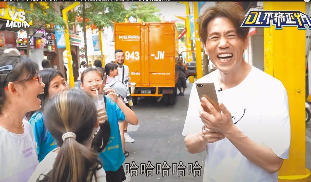 羅時豐(右)幽默主持方式深受年輕學子喜愛。(摘自YouTube)