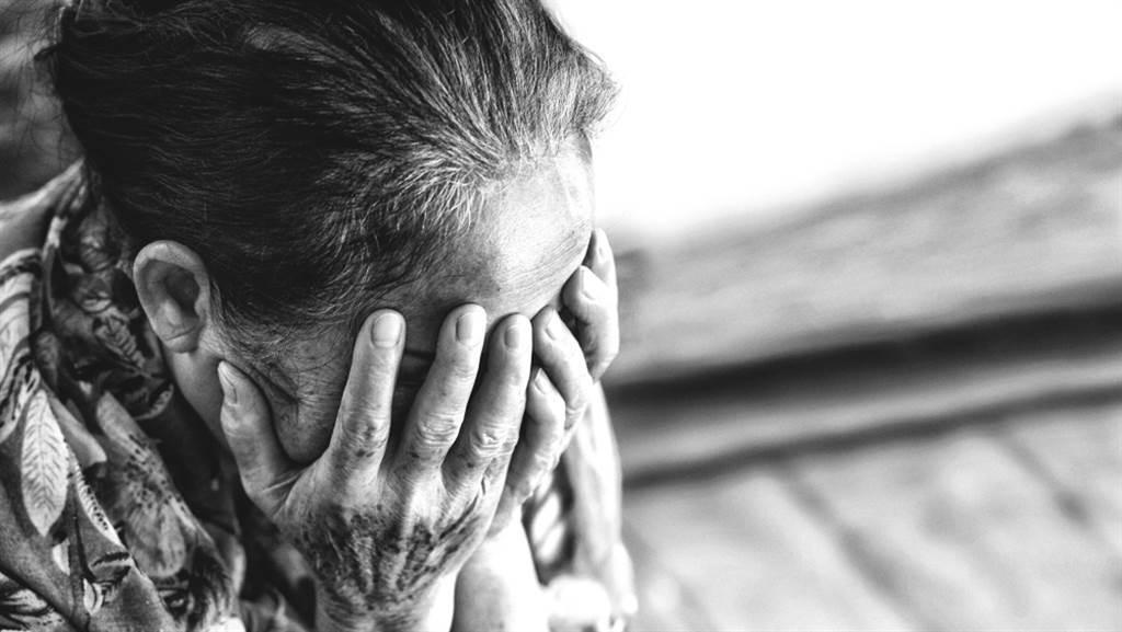 公公癌症病逝,人妻竟苦苦哀求婆婆刁難她,網見真相淚喊痛。(圖/Shutterstock)