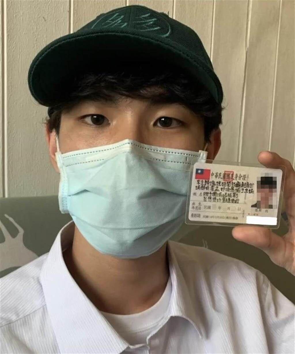 李男原名李天震,18日一口氣改名長達40字,成為全台南最長名字的人,親友稱他很瘋狂。(程炳璋攝)