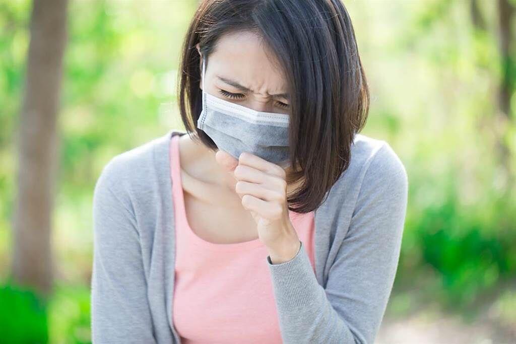 感冒只是啟動咳嗽的開關,名醫揪出讓人咳不停的嫌疑犯。(示意圖/Shutterstock)
