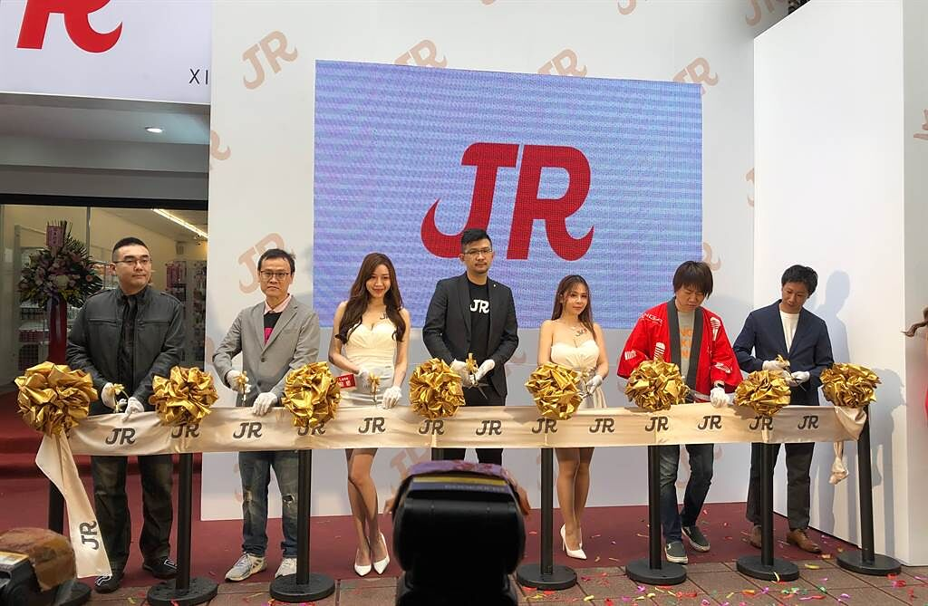 JKF執行長Eric(左四)與女郎們共同剪綵。(圖/李宗澤)