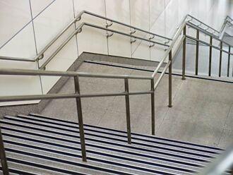 捷運大安站樓梯太奇葩 網酸:天龍國設計領先全球
