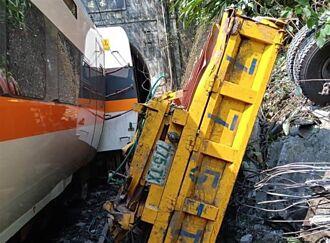 【太魯閣出軌】工程車停斜坡滑落釀禍 目擊者:車掉下工程人員全跑光