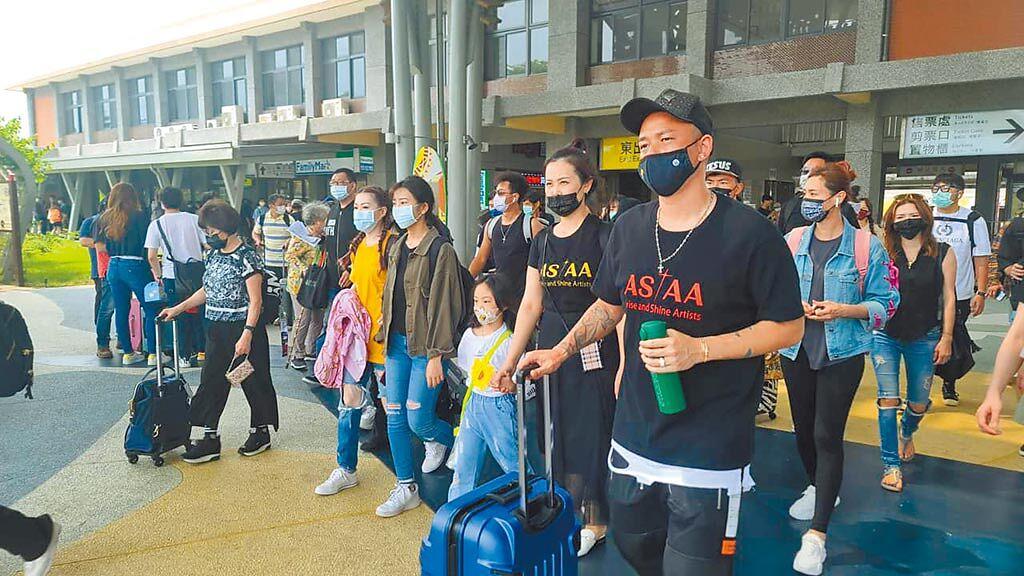 阿BEN(右起)、陳維齡昨天一早搭火車前往花蓮。(摘自臉書)