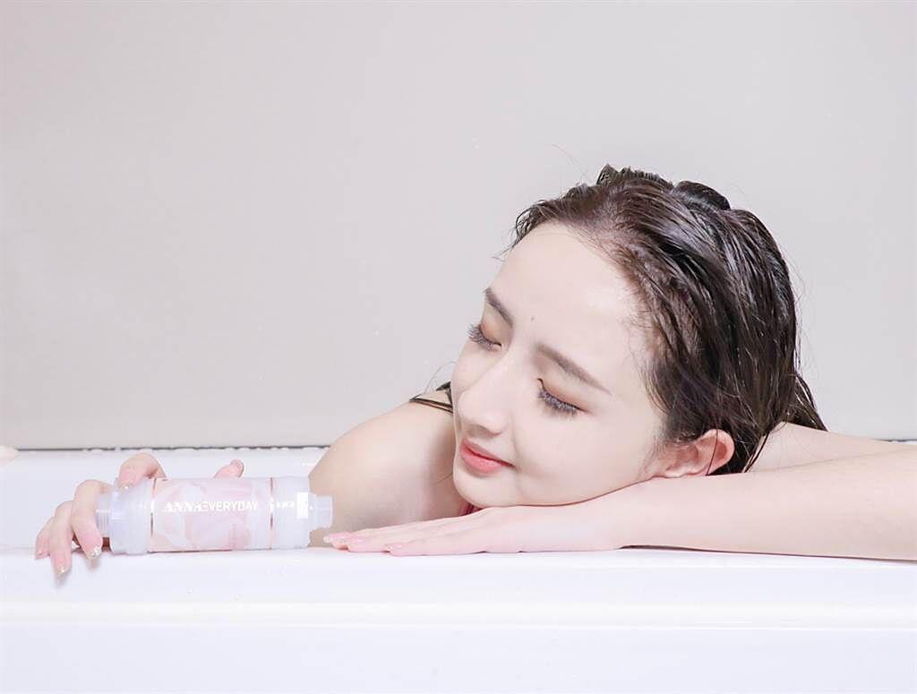 美容保養品牌ANNAEVERYDAY全新推出淨水濾芯、牙膏、潔膚機,讓沐浴時光更療癒。(圖/品牌提供)