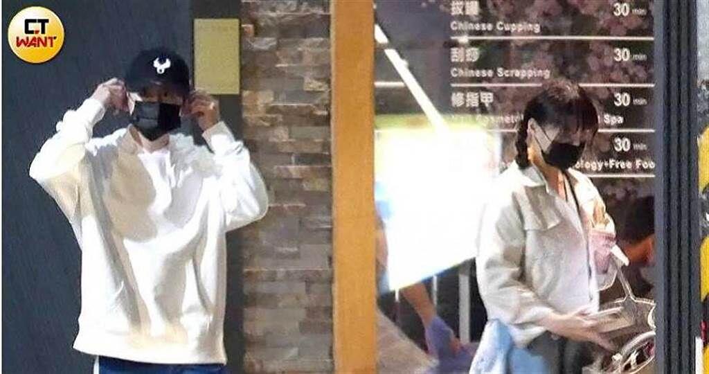 許凱浩和他的「一日情人」元元今年二月結伴去養生會館按摩,離去時還被粉絲要求合影。(圖/本刊攝影組)