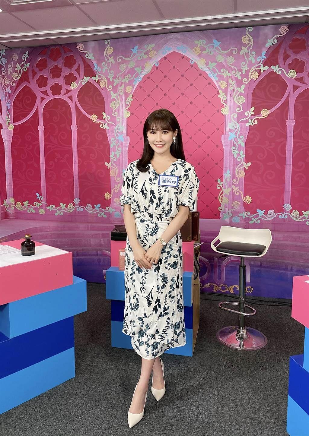 中天主播張若妤舊衣新剪,沒人發現這件洋裝經過她巧手改造。(圖/中天新聞台提供)