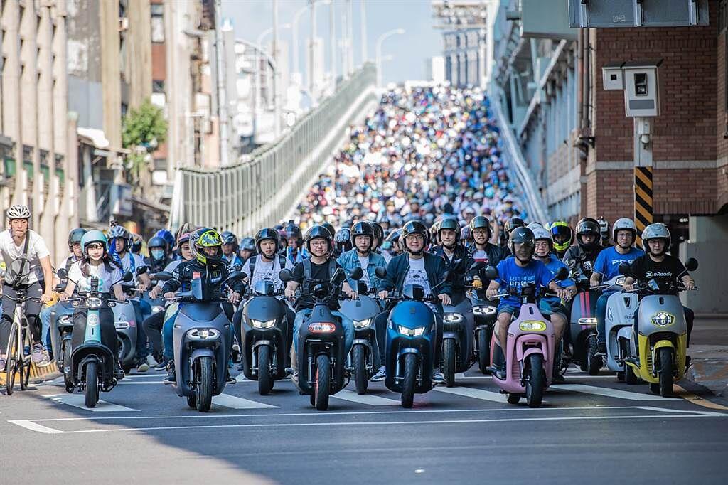台灣智慧移動產業協會宣示「2024電動機車破百萬台」。圖為快閃台北橋 電車騎士節活動。(SMAT提供/黃慧雯台北傳真)