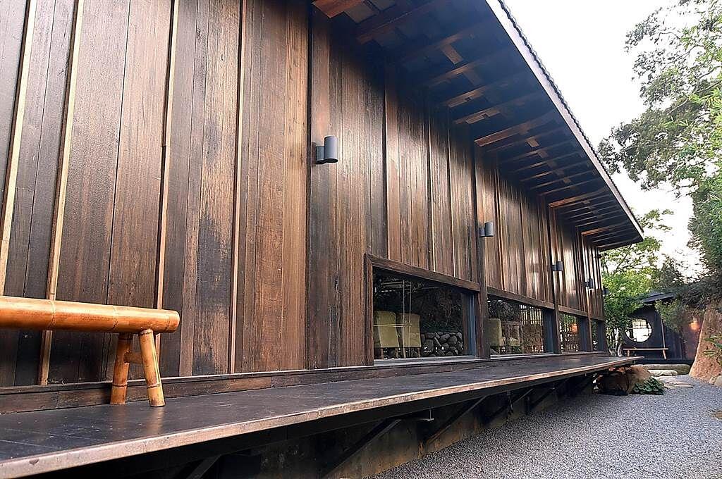 除了老石頭外,〈飛花落院〉也用了非常多的老木建構日式和宅的外牆,藉由老木內薀的「歷史感」傳遞溫度。(圖/姚舜)