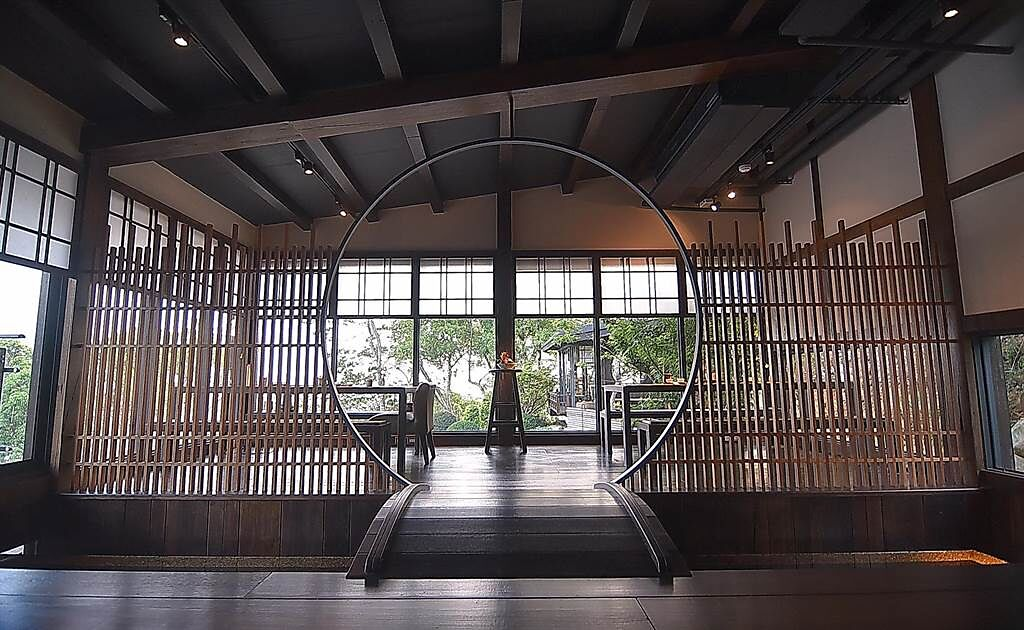 台中〈飛花落院〉2樓的茶空間因穿透性強故視覺遼闊,但設計師巧妙運用不同元素規畫出不同的空間。(圖/姚舜)